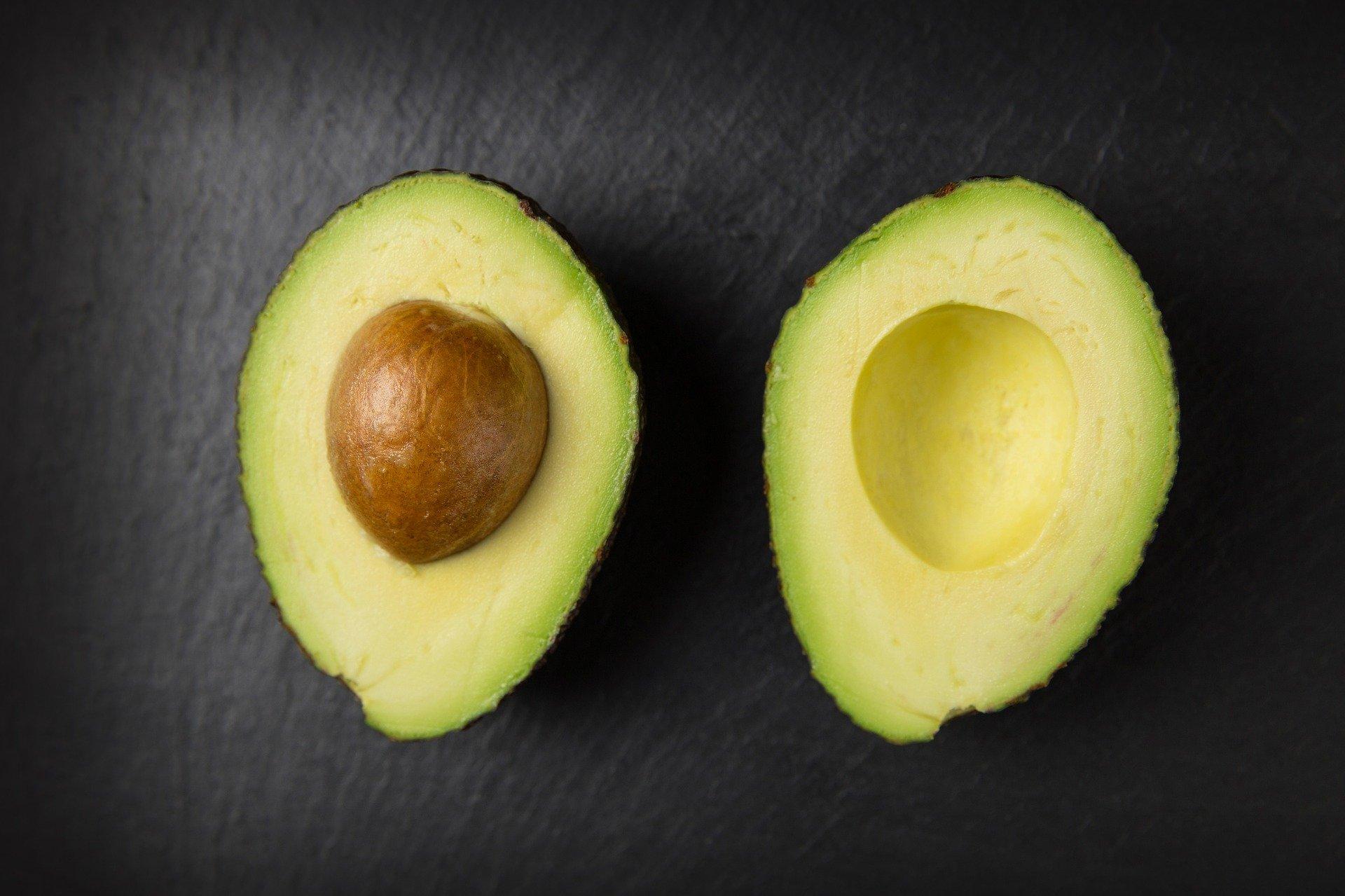 En français, ce mot désigne deux choses bien distinctes, qui ne se rencontrent guère, sauf quand l'un mange l'autre, et encore, pas inversement ! Pourquoi le fruit et le professionnel du droit portent-ils donc le même nom ?